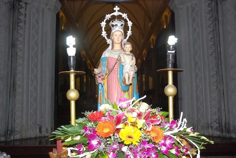 Hình ảnh Mẹ Mân Côi được để ở bàn thờ Công giáo